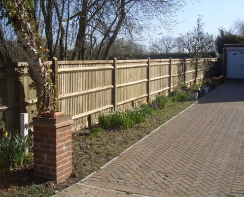 Closeboard fencing with capping
