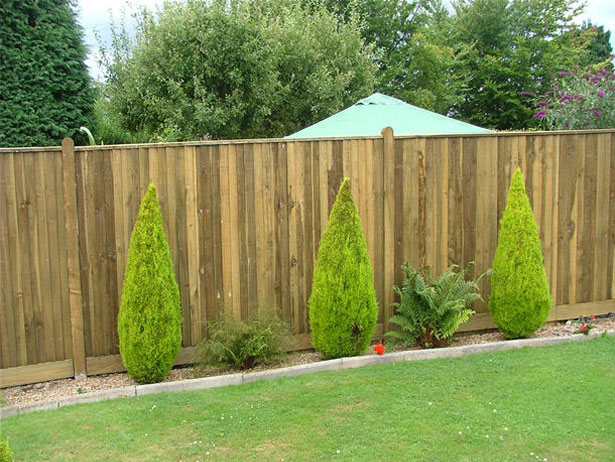 Closeboard fencing with counter rail and capping
