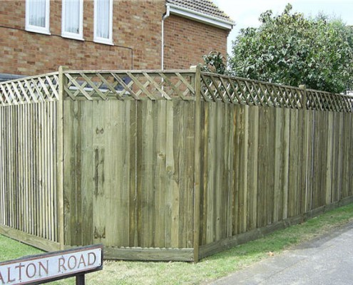Closeboard fencing with trellis on top